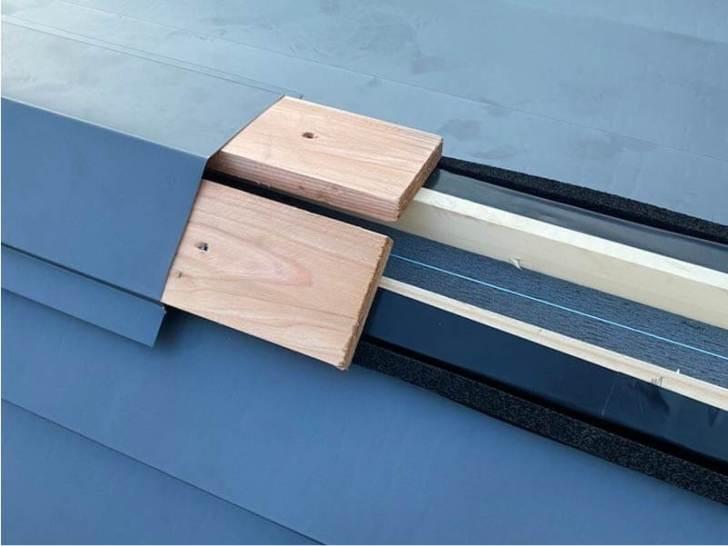 稲毛区の屋根葺き替え工事の棟板金の取り付け