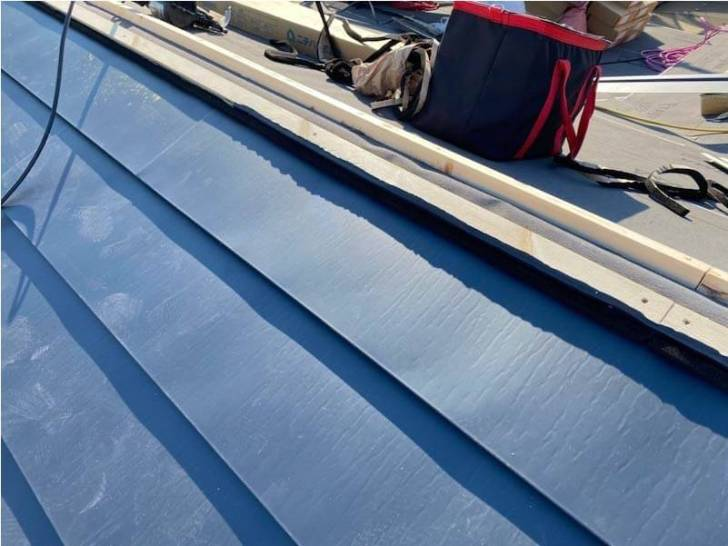 松戸市の屋根葺き替え工事のガルバリウム鋼板の設置