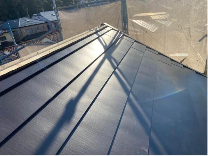 松戸市の屋根カバー工法のガルバリウム鋼板の施工
