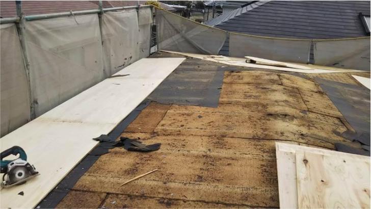 新座市の屋根葺き替え工事のコンパネの取り付け