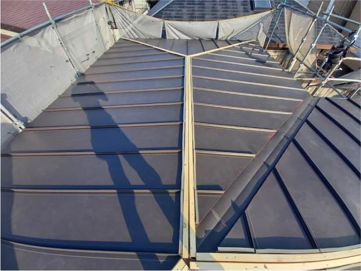 新座市の屋根葺き替え工事のルーフィングのガルバリルム鋼板の取り付け