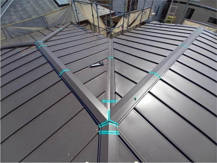 新座市の屋根葺き替え工事の屋根板金の取り付け