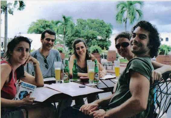 Antigua foto en papel tomada en 2004 cuando visité Santo Domingo por primera vez (soy la segunda por la dcha, con gafas de sol. Isabelle es la primera por la izquierda y sostiene la clásica guía de viajes europea Trotamundos). Yanet Acosta.