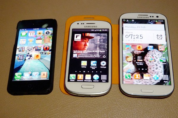 Samsung Galaxy S3 diapit antara iPhone 5 dan Samsung Galaxy S3.
