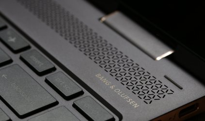 Untuk audio, HP Spectre x360 2017 dilengkapi empat speaker besutan Bang & Olufsen dan teknologi HP Audio Boost. Dari pengalaman awal, kualitas suaranya jernih dan lantang.