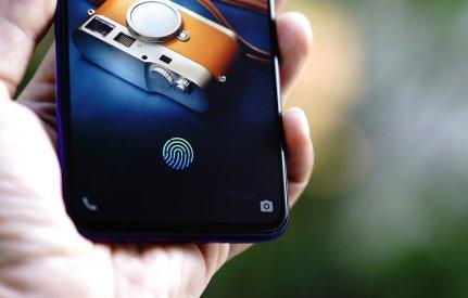 Tidak ada lagi cerita mencari-cari sensor sidik jari. Tekan pada ikon sidik jari di layar dan ponsel akan terbuka. Praktis dan cepat!