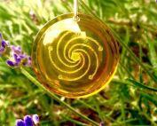 De SOLAR * RAY - Zachte bron van licht en vreugde De gele SOLAR RAY helpt om een optimistische kijk op het leven, moed en vreugde in het leven. Laat de stress, angst, onzekerheid en gebrek aan eigenwaarde van het verleden