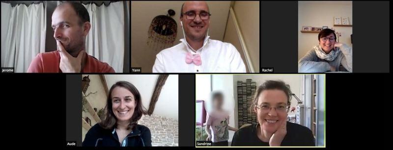 Capture d'écran d'un atelier d'improvisation à distance, 5 personnes souriantes à l'écran
