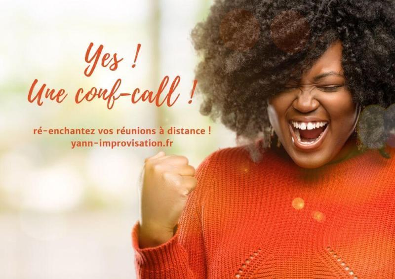 Une femme fait un geste de victoire et il est indiqué Yes ! Une Conf-call !