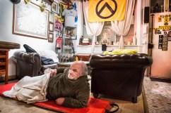 """14 février 2017, Lille (59), France. Un SDF dort dans les locaux de Génération Identitaire Flandres. Ils appliquent leur slogan """"Les notres avant les autres"""" au travers de cette action."""