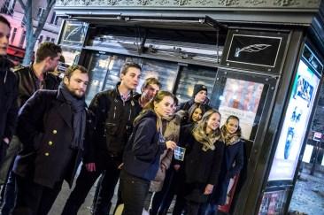 8 novembre 2016, Paris (75), FRANCE. A la fin du stickage dans les rues de Paris, les jeunes de Génération Identitaire se prennent en photo pour poster leurs actions sur les réseaux sociaux. Ils tiennent à montrer qu'ils occupent l'espace contrairement à l'Etat, selon eux.