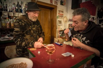 """Le """"bar des amis"""" est situe a 50 metres de chez Bruce.Richard a soutenu Bruce quand il n avait pas ou aller.Ricard a connu Bruce avant sa """"descente"""" aux enfers.Ils sont restes amis."""