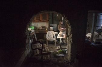 Christian vit dans une seule piece chauffee avec sa cuisiniere bois.Il habite la avec son lapin et son chat.