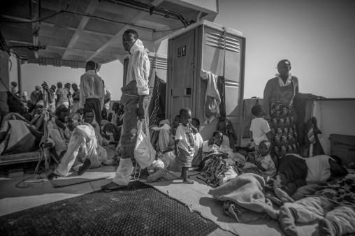 Quelques familles voyages avec des enfants en bas age.Durant ces six semaines une femme a terme a accouche a bord.
