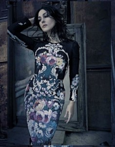 Моника Беллуччи в платье с крупным цветочным принтом