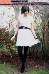 черные колготки и светлое платье