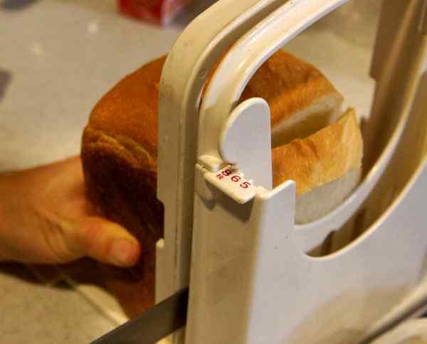 タダフサのパン切り包丁で食パンを切る