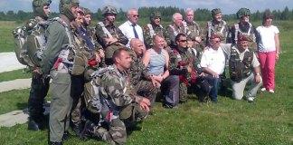 В Ярославле французские парашютисты отметили День парашютиста!