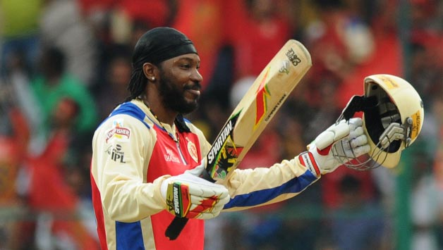 RCB player Chris Gayle gestures after scoring 50 during the match between Pune Warriors India an1 د ۲۰۱۱ کال آې پي ایل سیالیوکې د زیاتو منډو جوړونکي لوبغاړي
