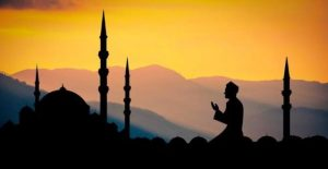 Man prays with mosque and sunset in background 640x330 1 د رحمتونو لسيزه،د مسلمانانو له پاره څه مانا لري؟