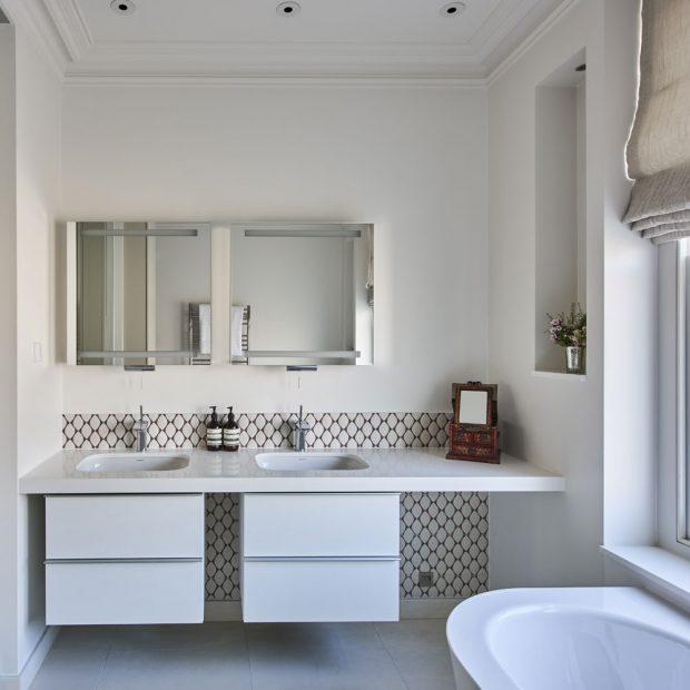 Çift lavabolu beyaz fayanslı nötr banyo