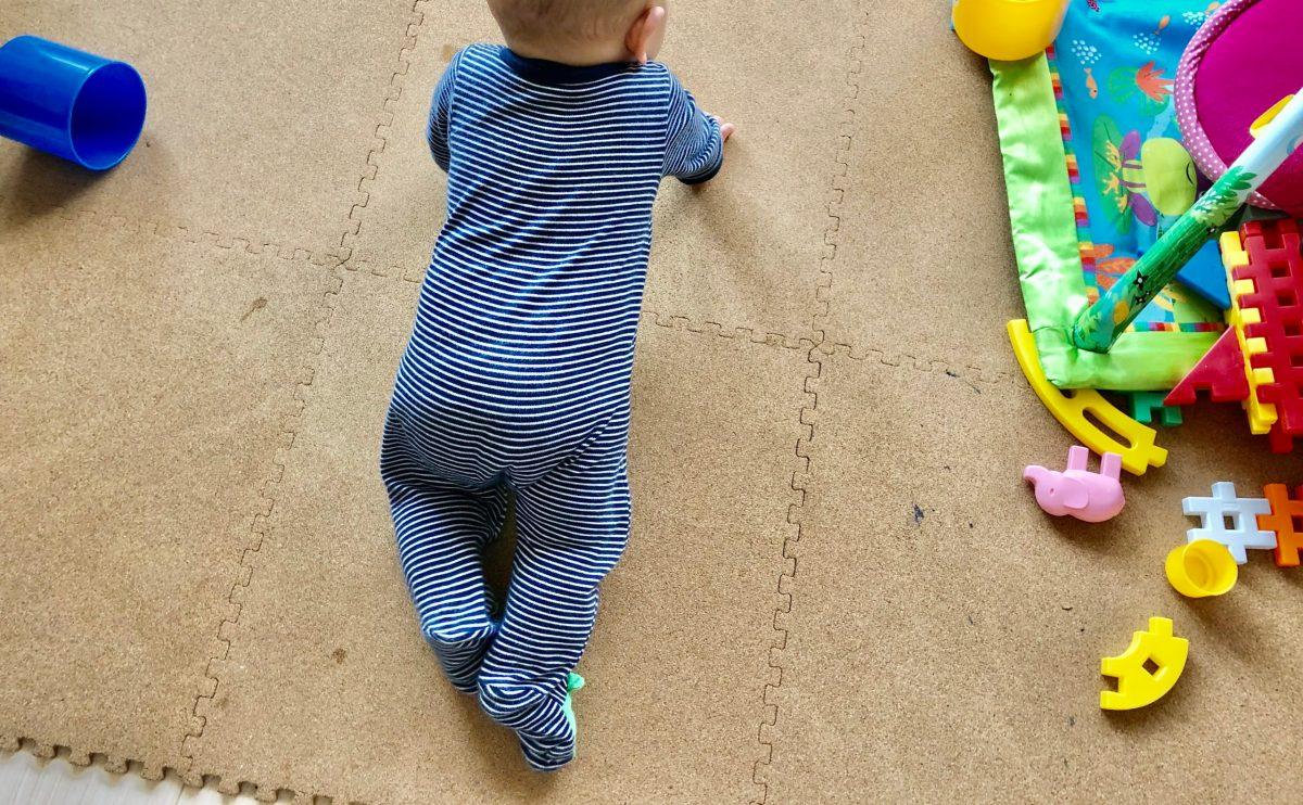赤ちゃんのハイハイ にコルクマットが最適な理由