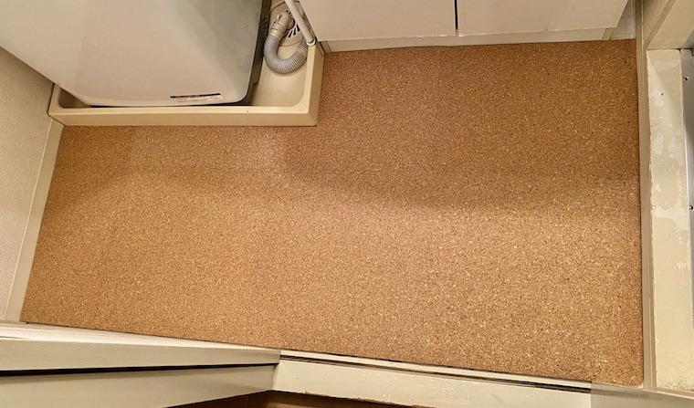 コルクマットの敷き方の画像21。洗面所の床にコルクマットをdiyで敷き、完成しました。