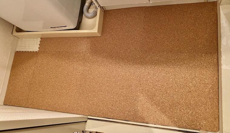 コルクマットの敷き方の画像16。コルクマットを洗面所に敷く箇所が残り1ピースになっています。