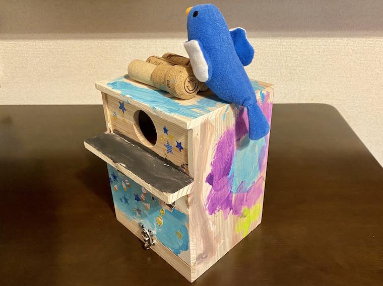 コルクで野鳥の巣箱を装飾