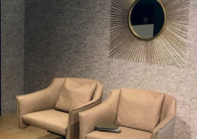 Inrichting en decoratie van strakke woonkamer