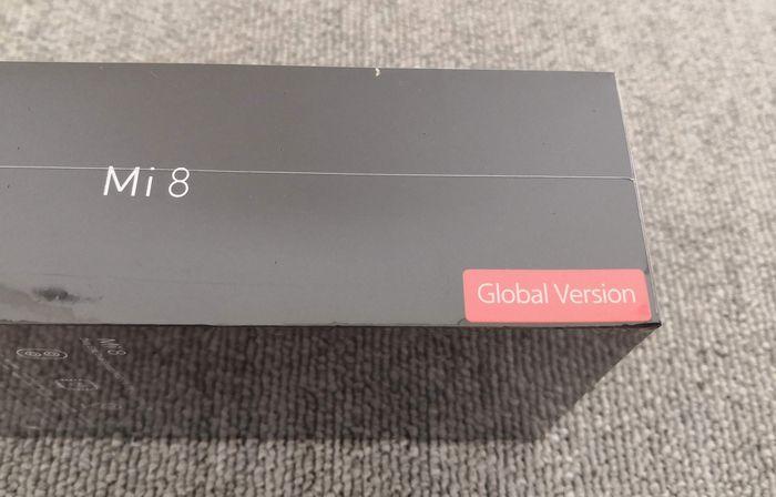 「Mi 8」の外箱にあるグローバルモデルのシール