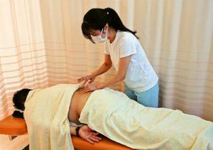 鍼治療と徒手療法を合わせて行います