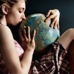 地球儀と女性