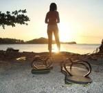 砂浜と夕日と女性