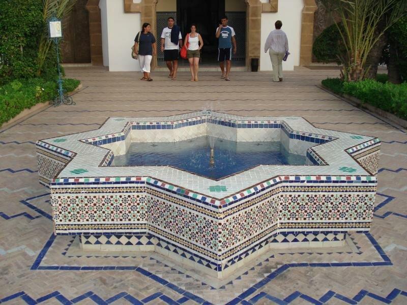 фонтан в типично марокканском стиле (питаю слабость к национальным декорам)