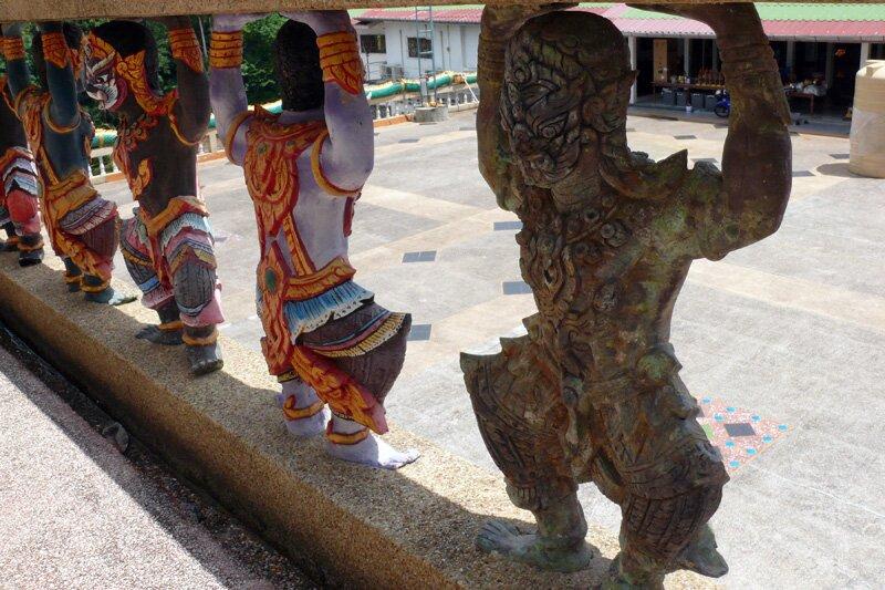 Старая статуэтка ракшаса среди новеньких в свежеиспечённом храме