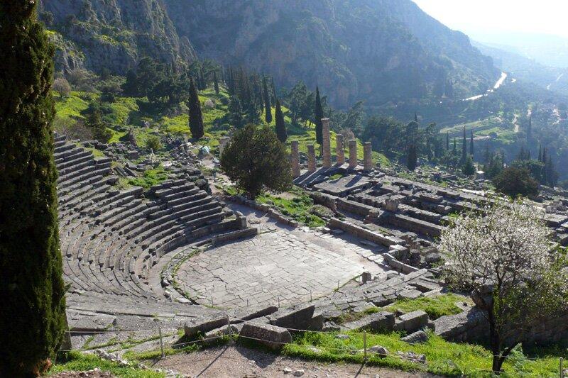 Театр в Дельфах вмещал до 5000 человек