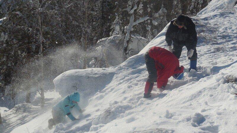 съехать - съехал с горы, а попробуй залезть, когда на тебя обрушивается такая снежная атака