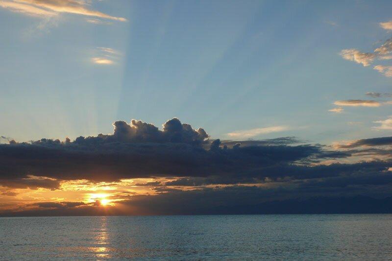 Восход на озере Иссык-Куль