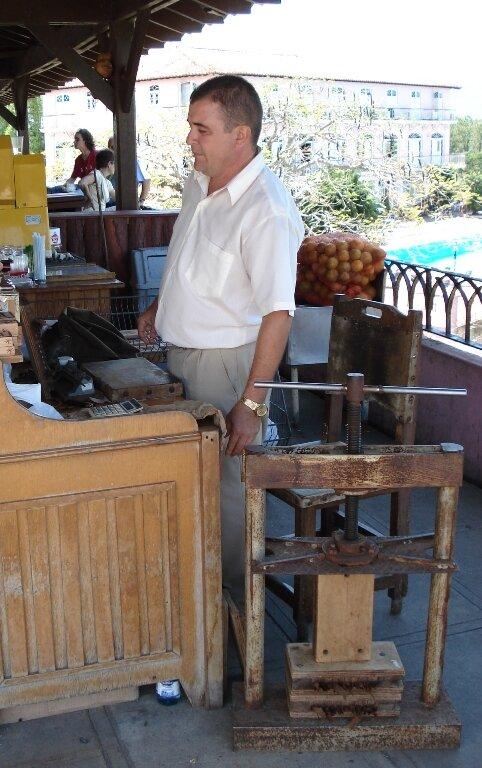 вот так оборудовано место крутильщика сигар, фото сделано в сувенироной зоне долины Виньялес