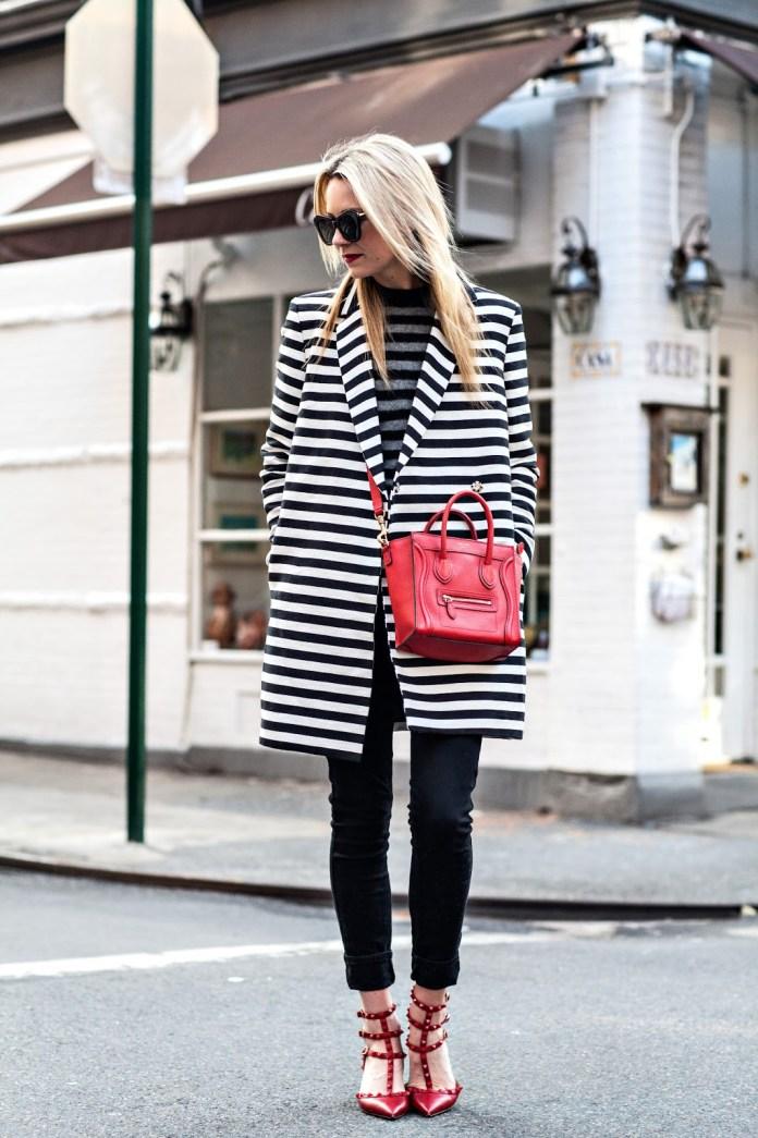 На фото: пальто с принтом в полоску с черными узкими джинсами.