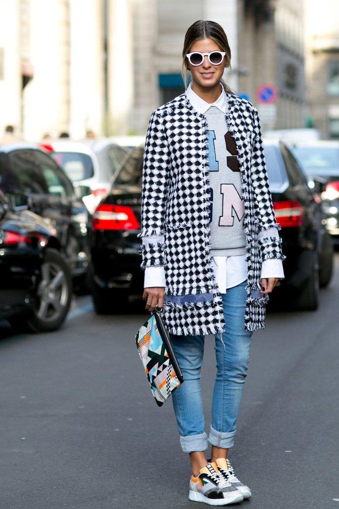 На фото: стиль кэжуал-джинсы с вязаным кардиганом и кросовками.