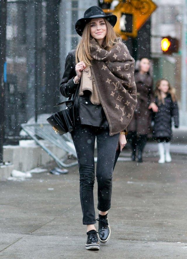 На фото: стиль кэжуал-джинсы с курткой и объмным шарфом.