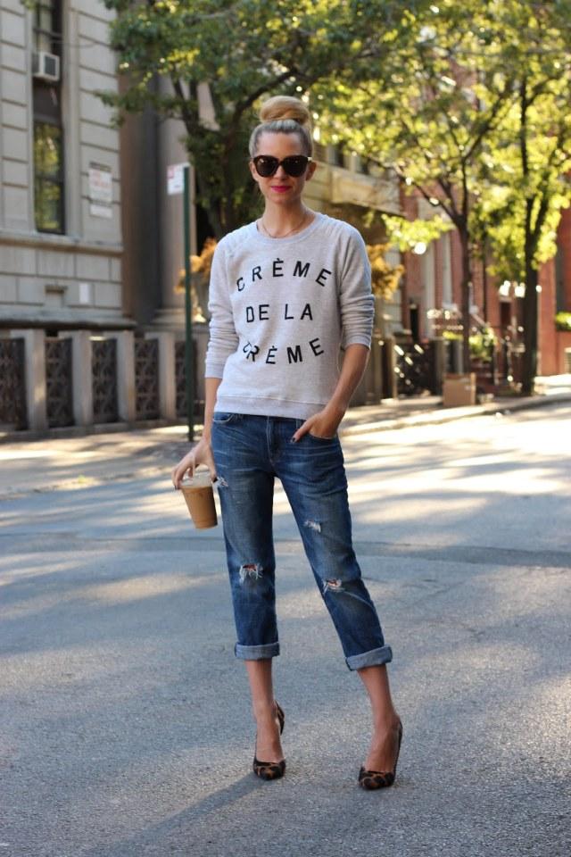 На фото: стиль кэжуал-джинсы-капри с кофтой с принтом.