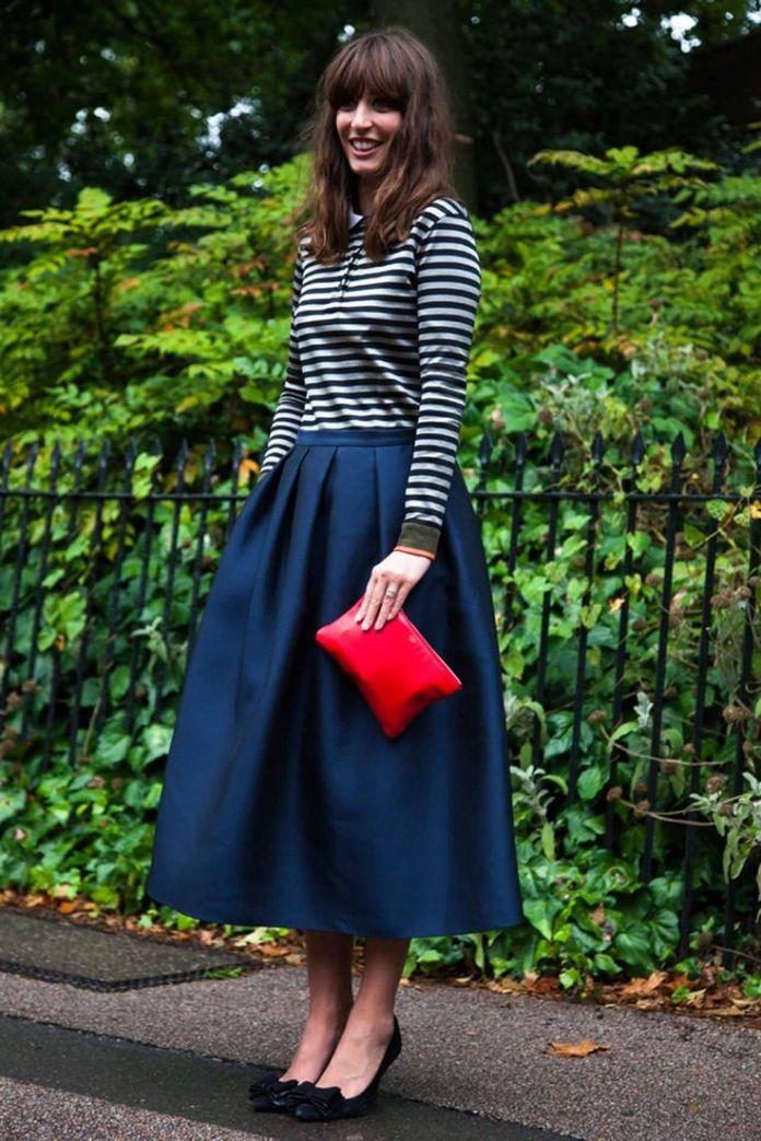 На фото: стиль ретро 50-х годов - расклешённая синяя юбка с кофтой в полоску.