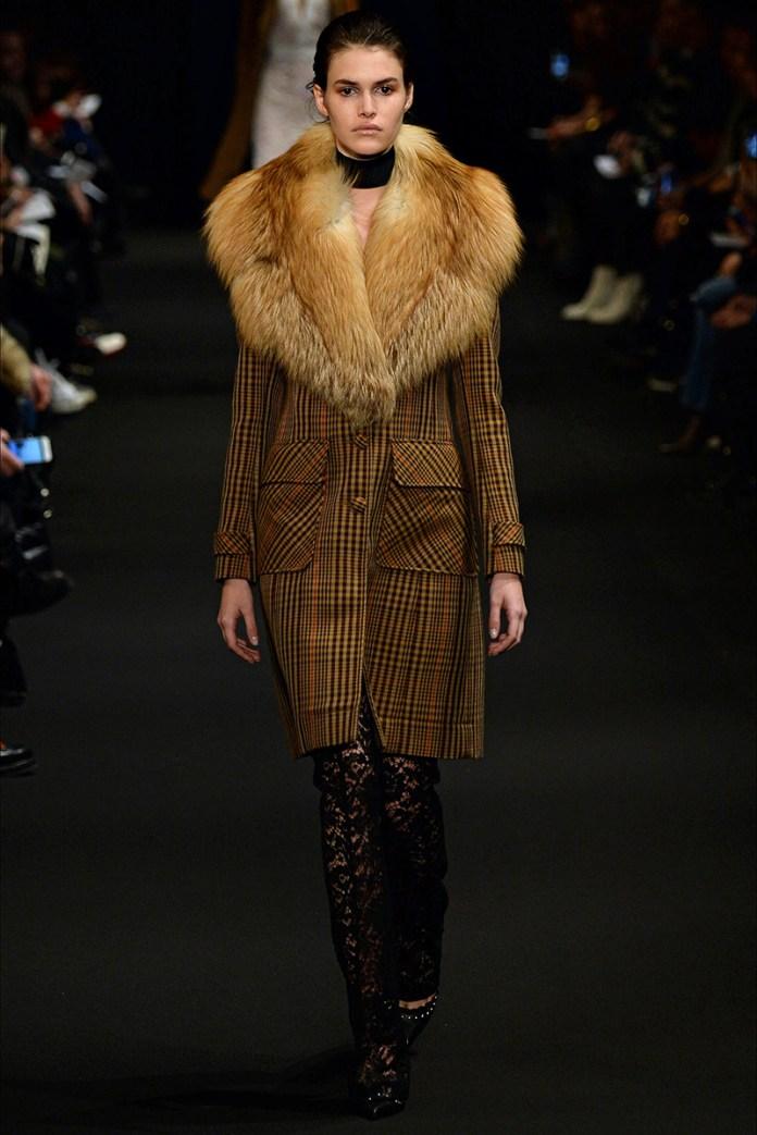 Фото: модное пальто в клетку с мехом