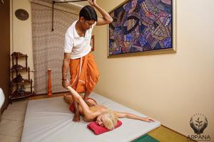 В Медицинском Аюрведическом центре «АРПАНА» аюрведический массаж проводится квалифицированными индийскими врачами по всем правилами аюрведы.