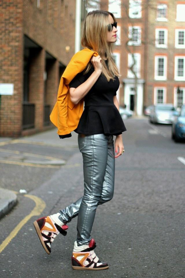 Обувь сникерсы с серебристыми брюками