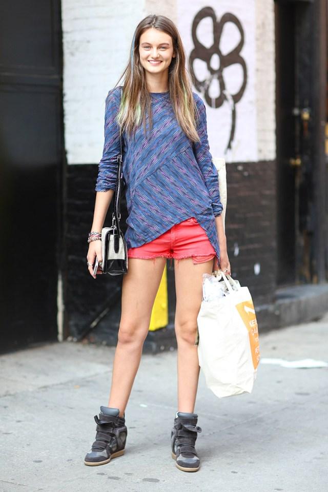 Обувь сникерсы с красными шортами