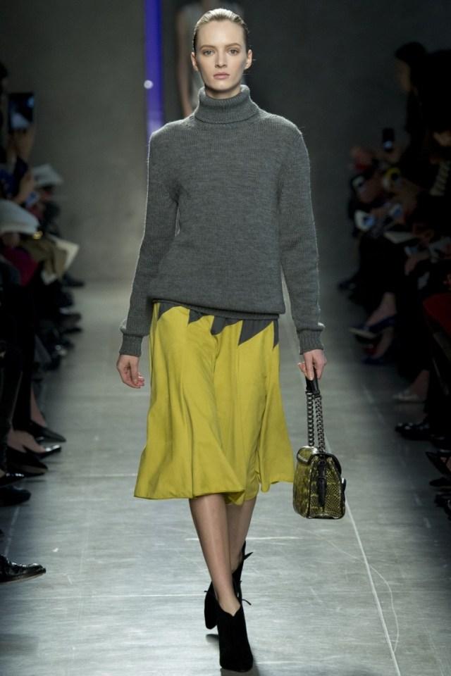 Серая модная кофта 2015 с яркой юбкой – фото новинка Bottega Veneta